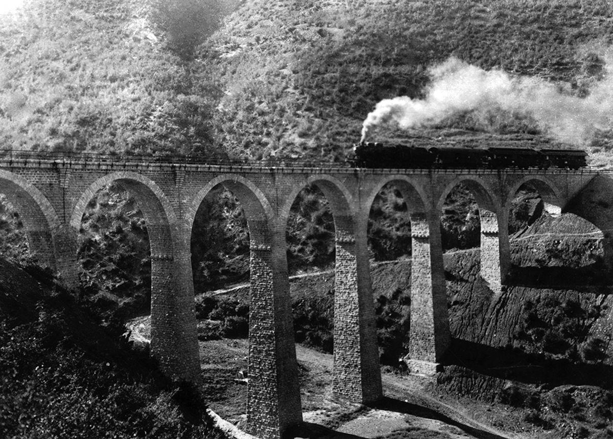 Toget damper over en ny stor steinbru i Elbruz-fjellene, en av over 4.000 større og mindre bruer langs linjen.