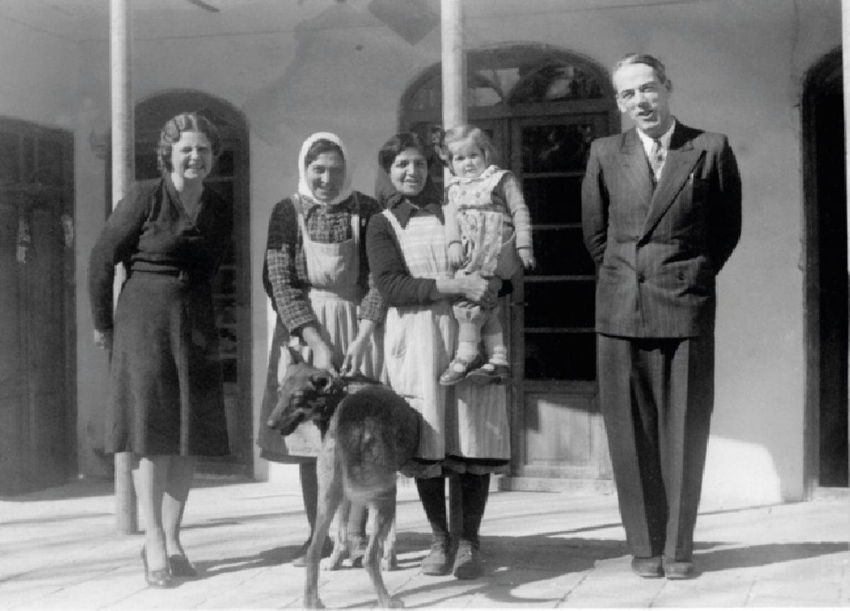 I 1944 var Iran-oppholdet over for ekteparet Sigrid og Didrik Lærum. Her sammen med to av tjenerne like før avreise.