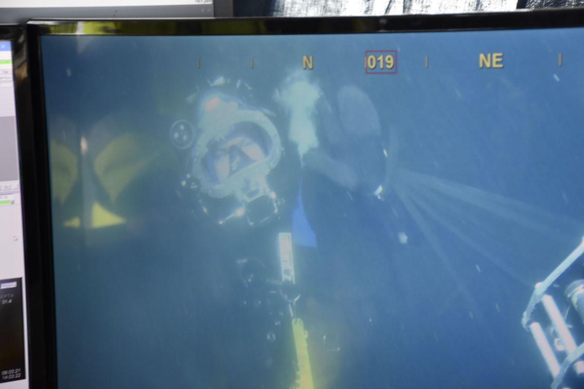 Jacub Elias vinker til kameraet på undervannsroboten.