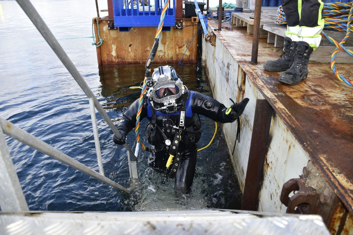 Anleggsdykker Jacub Elias på vei opp til dykkerflåten.