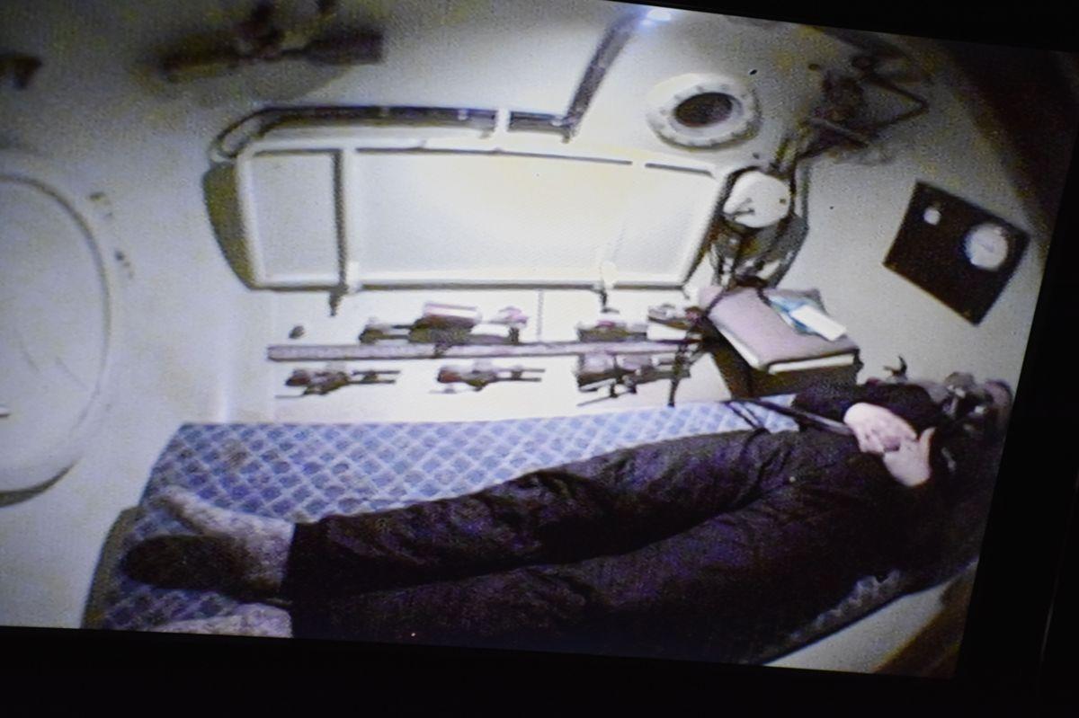 Jacub Elias puster inn ren oksygen mens han er rundt 40 minutter i trykkammer.