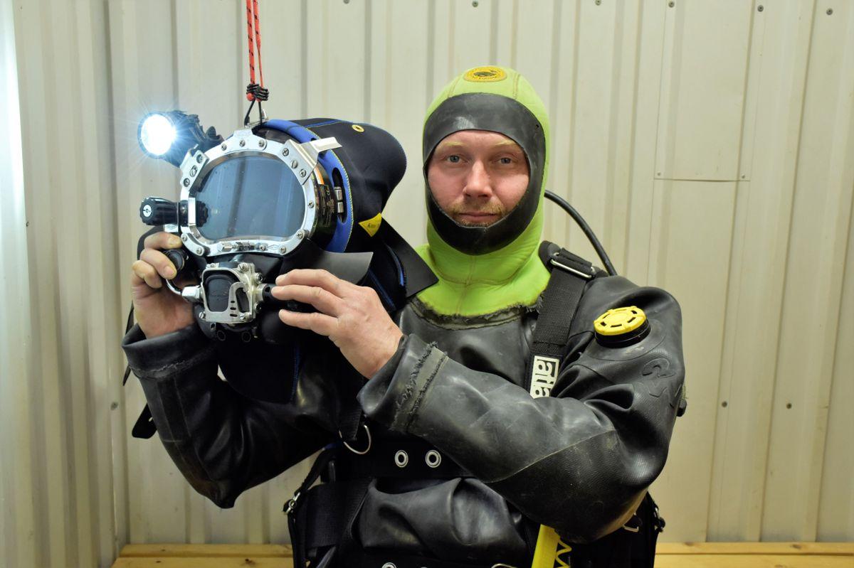 Hjelmen har både lys, kamera og mikrofon, slik at dykkeren kan snakke med kollegaene sine på overfalten og de kan se det han ser.