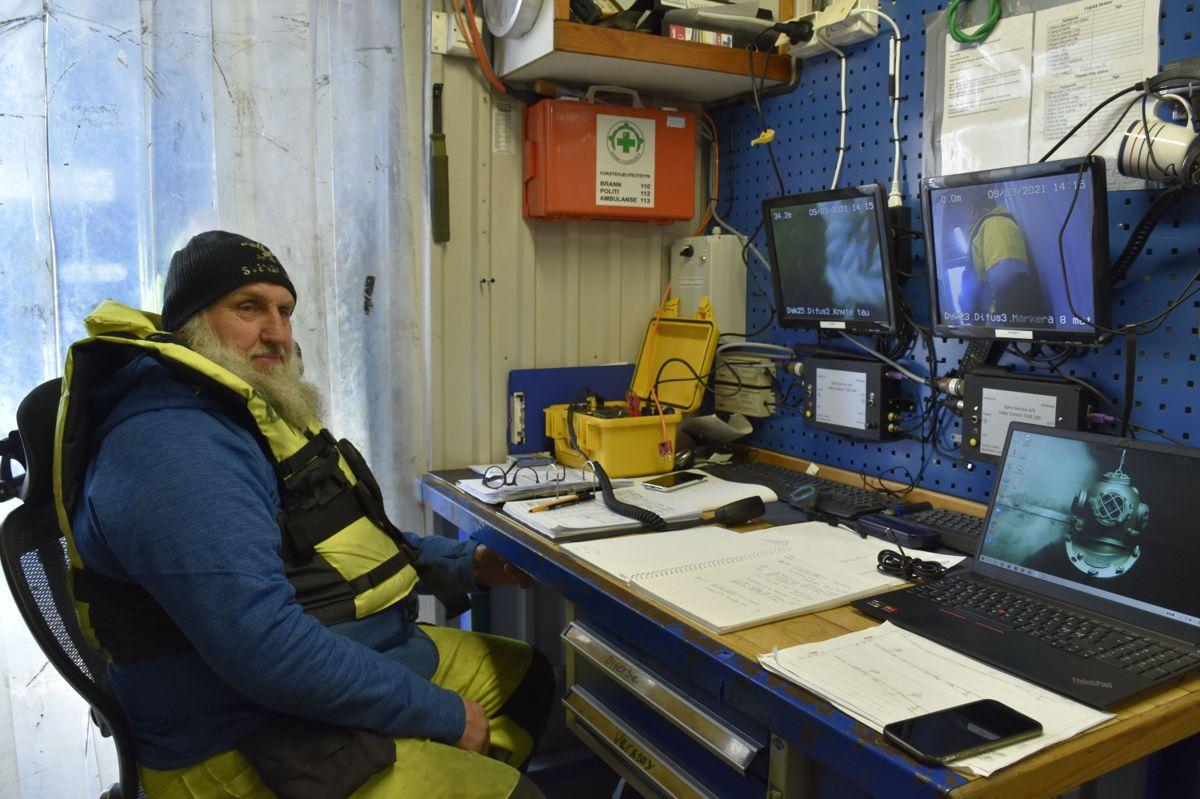 Dykkerleder Thomas Skoglund kommuniserer med dykkeren i vannet.