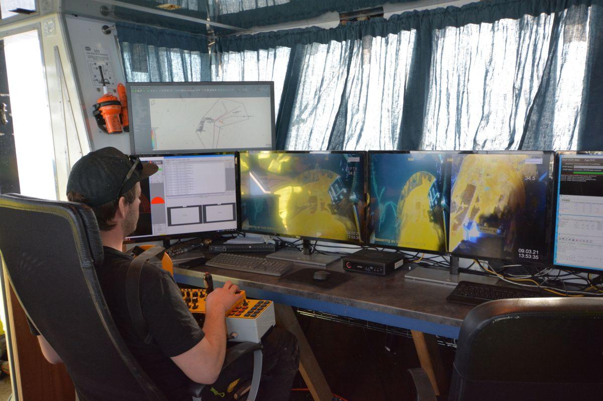 ROV-pilot Aleksander Røed styrer undervannsroboten som kan jobbe på rundt 60 meters dyp.