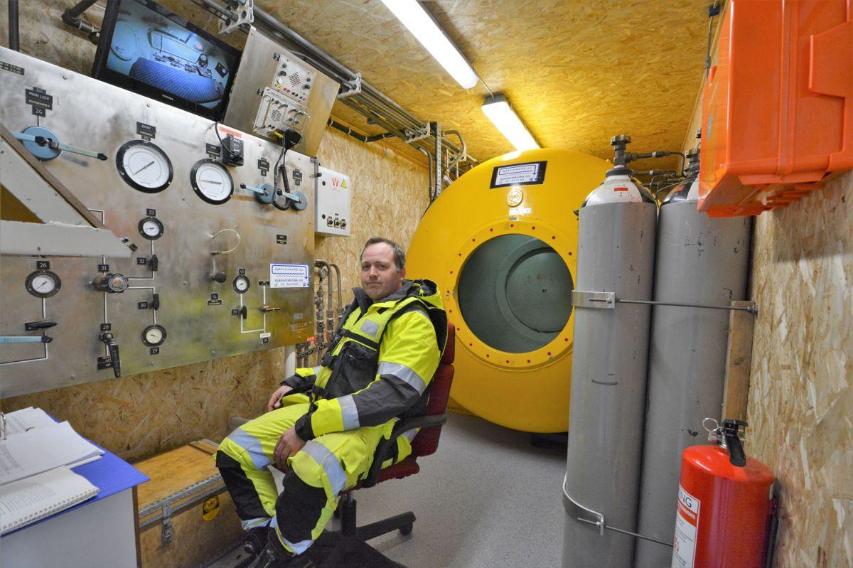 Daglig leder Fredrik Breiby sier anleggsarbeiderne behandles i det gule trykkammeret bak han etter hvert dykk.
