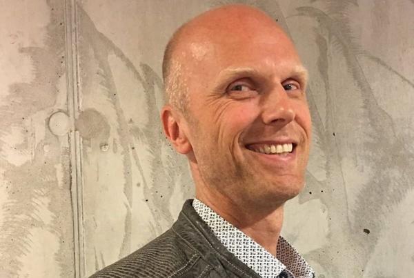 Arnstein Fedøy i styret for Brannfaglig Fellesorganisasjon mener det er direkte feil og villedende når Boligprodusentene hevder at royalkledning kan sammenlignes med andre trekledninger. Foto: Consult Gruppen