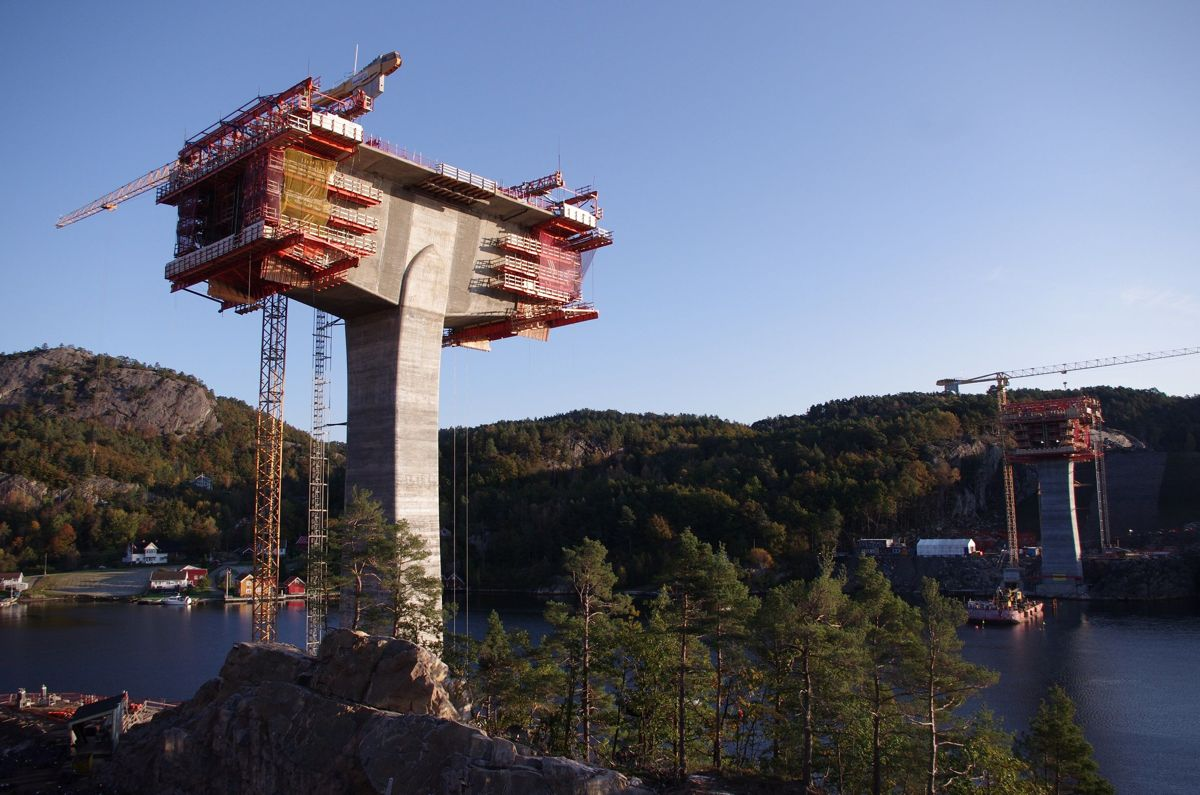 Her bygger Kruse Smith Trysfjordbrua på E39. Foto: Kruse Smith