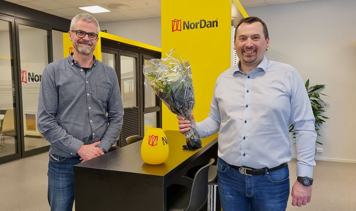 Nordan AS er Årets Leverandør. Knut Egil Nordstrand (t.h.) overekker blomster og vase til Elias Standal, avdelingsleder Nordan Vest-Norge. Foto Byggmann