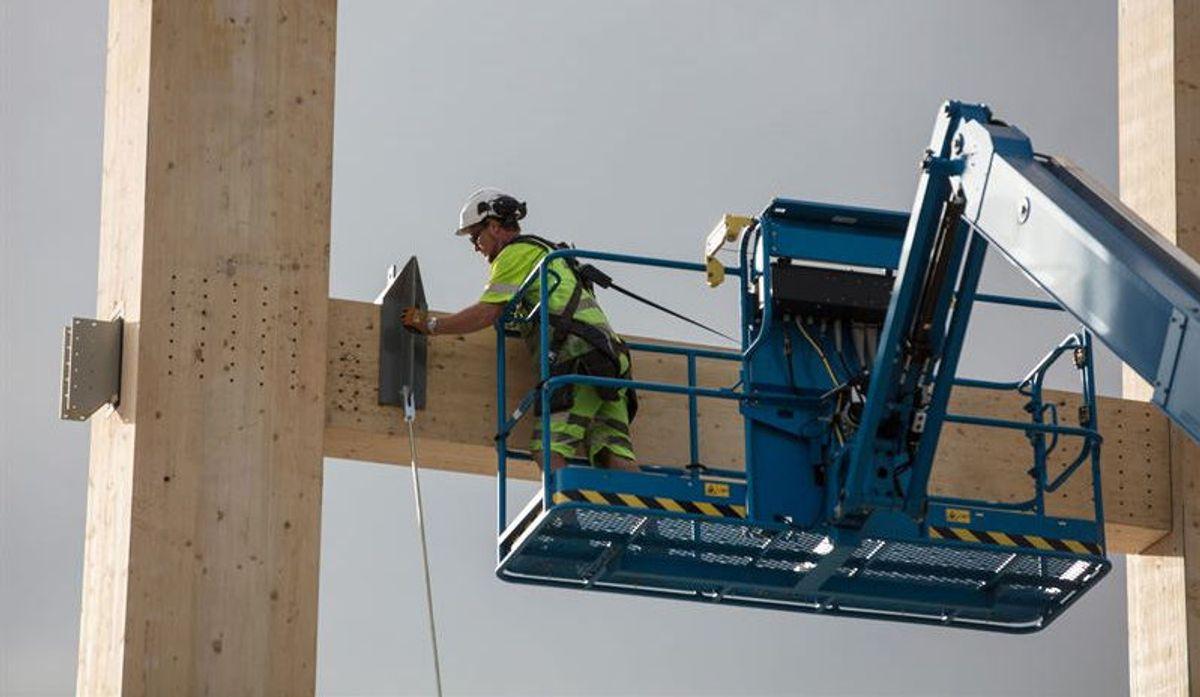 Monteringen av Mjøstårnet er en komplisert og utfordrende affære. Foto: Bjørk Ellingsbø/Anti