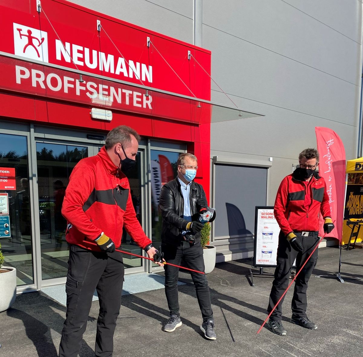 Vidar Steinum (salgssjef), ordfør Saxe Frøshaug og varehussjef Roy Johnsen med kamstål og vinkelsliper for å markere offisiell åpning av varehuset. Foto: Neumann Bygg