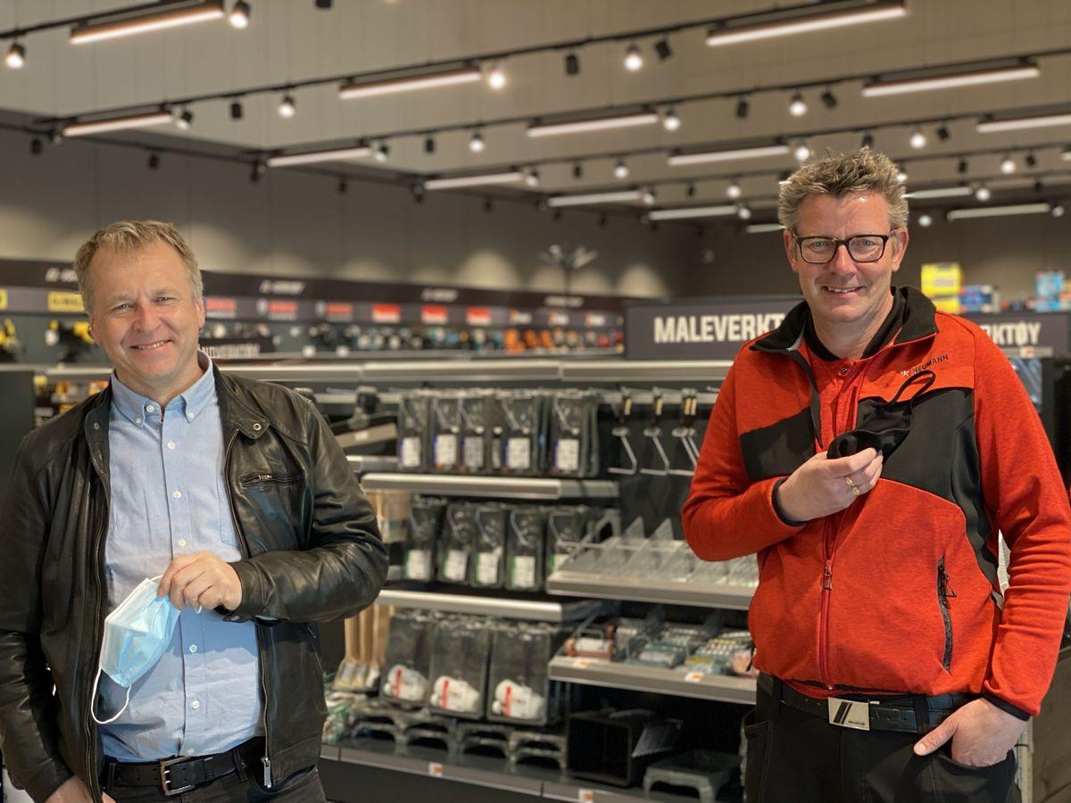 Ordfører Saxe Frøshaug og varehussjef Roy Johnsen på omvisning i det nye proffsenteret. Foto: Neumann Bygg