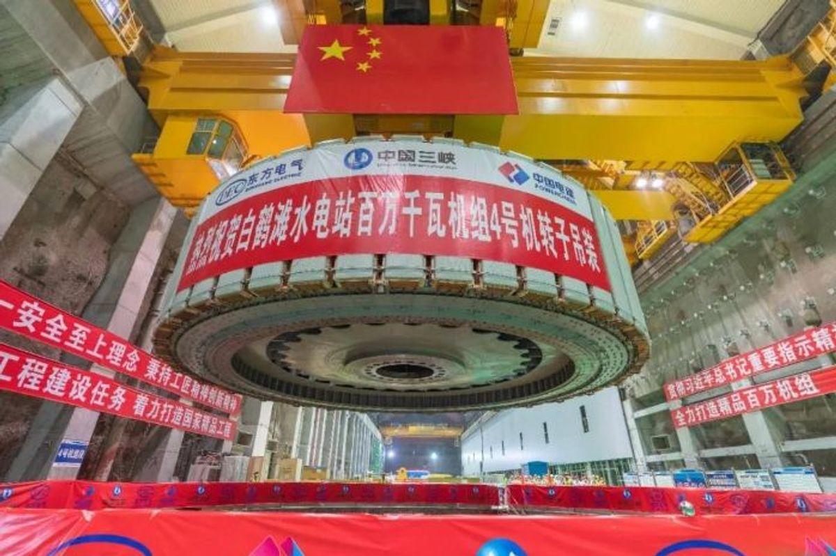 Her installeres nøkkelelementer i turbinene i demningen. Foto: China Three Gorges Corporation