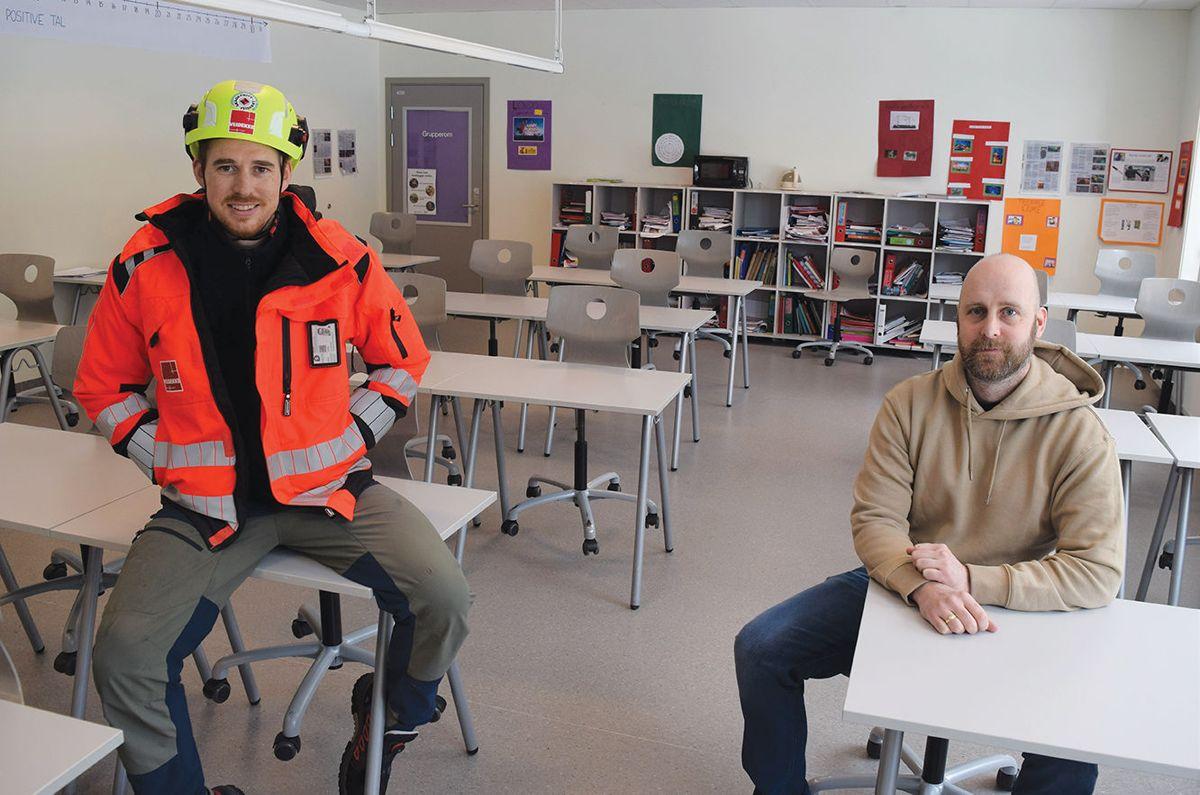 Prosjektleder Edvard Kløven fra Veidekke Bygg (t.v.) og rektor Stian Løken ved Midsund skole i et av klasserommene.