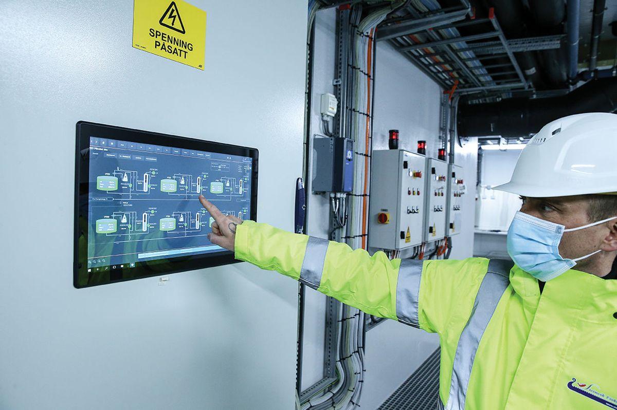 Prosjektleder Bjarte Steinhovden demonstrerer det digitale overvåkningssystemet.