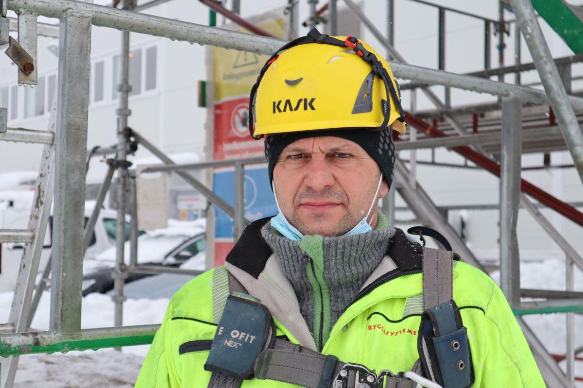 Begajet Karic (49) har bakgrunn som sveiser i hjemlandet Bosnia og har 25 års erfaring med stillasbygging. Nå har han tatt fagbrev som stillasmontør. Foto: Svanhild Blakstad