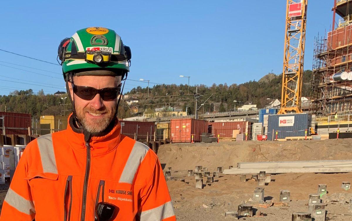 <p></p><p>– Fall og fallende gjenstander er gjengangere på byggeplass. Ved å dele og drøfte slike hendelser kan vi hindre at de skjer igjen, sier hovedverneombud Terje Skjekkeland i Kruse Smith, som var førstemann ut i nyskapningen digitalt HMS-kvarter i regi av EBA Agder. Her på prosjektet Quadrum i Kristiansand, hvor Kruse Smith bygger nytt politihus. Foto: Terje Waag Nilsen</p>