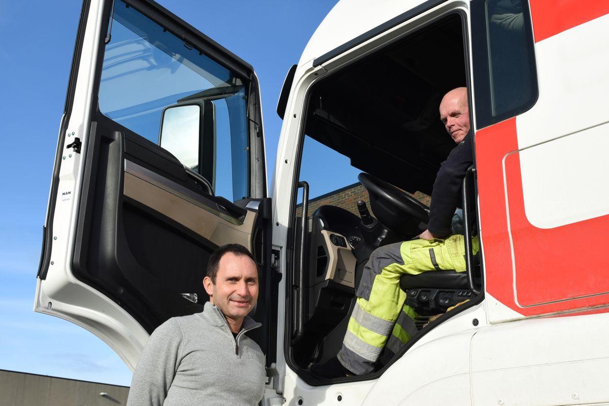 Rune Egeland, daglig leder i begge bedriftene (t.v.), i samtale med sjåfør Egil Tjora. Foto: Skjæveland Cementstøperi