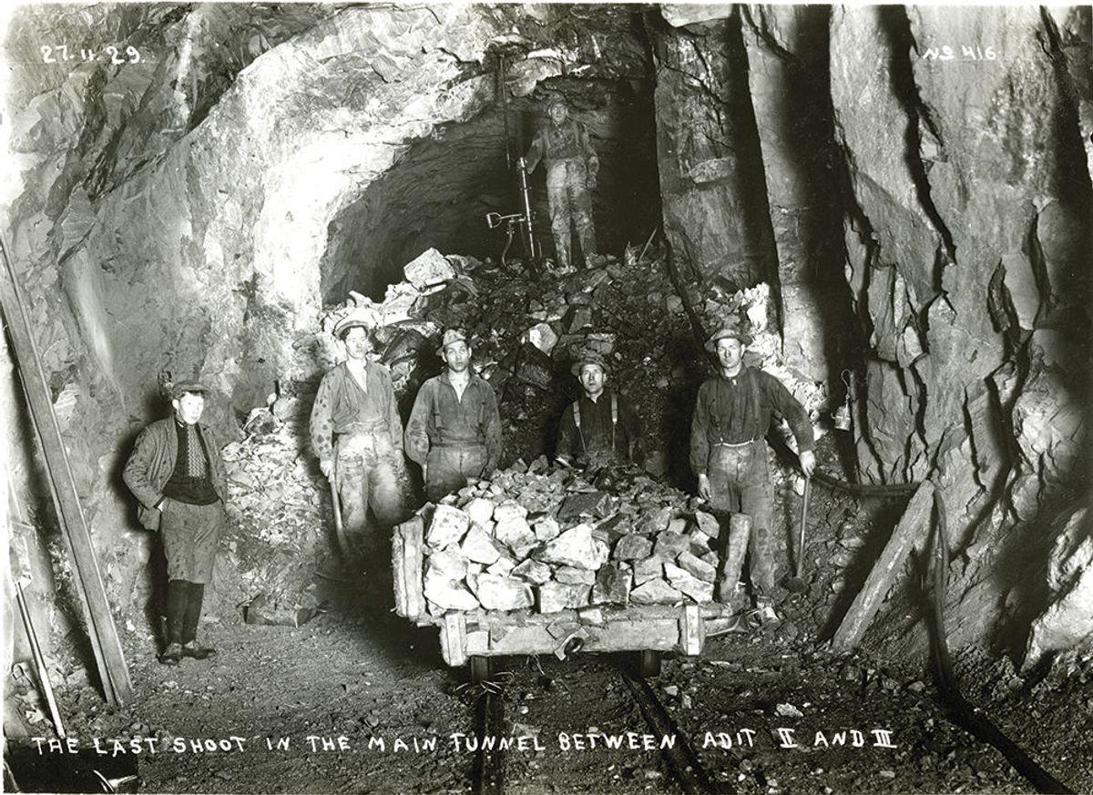 Dette bildet kom på andreplass i historisk klasse. Bildet er hentet fra arkivet til Høyer-Ellefsen, og viser tunneldrift fra Svartevandsdam/Dam Holmevand/Dam Storli/Søndenå Kraftstasjon. Bildet har påskrevet datoen 27.11.29. Ukjent fotograf.
