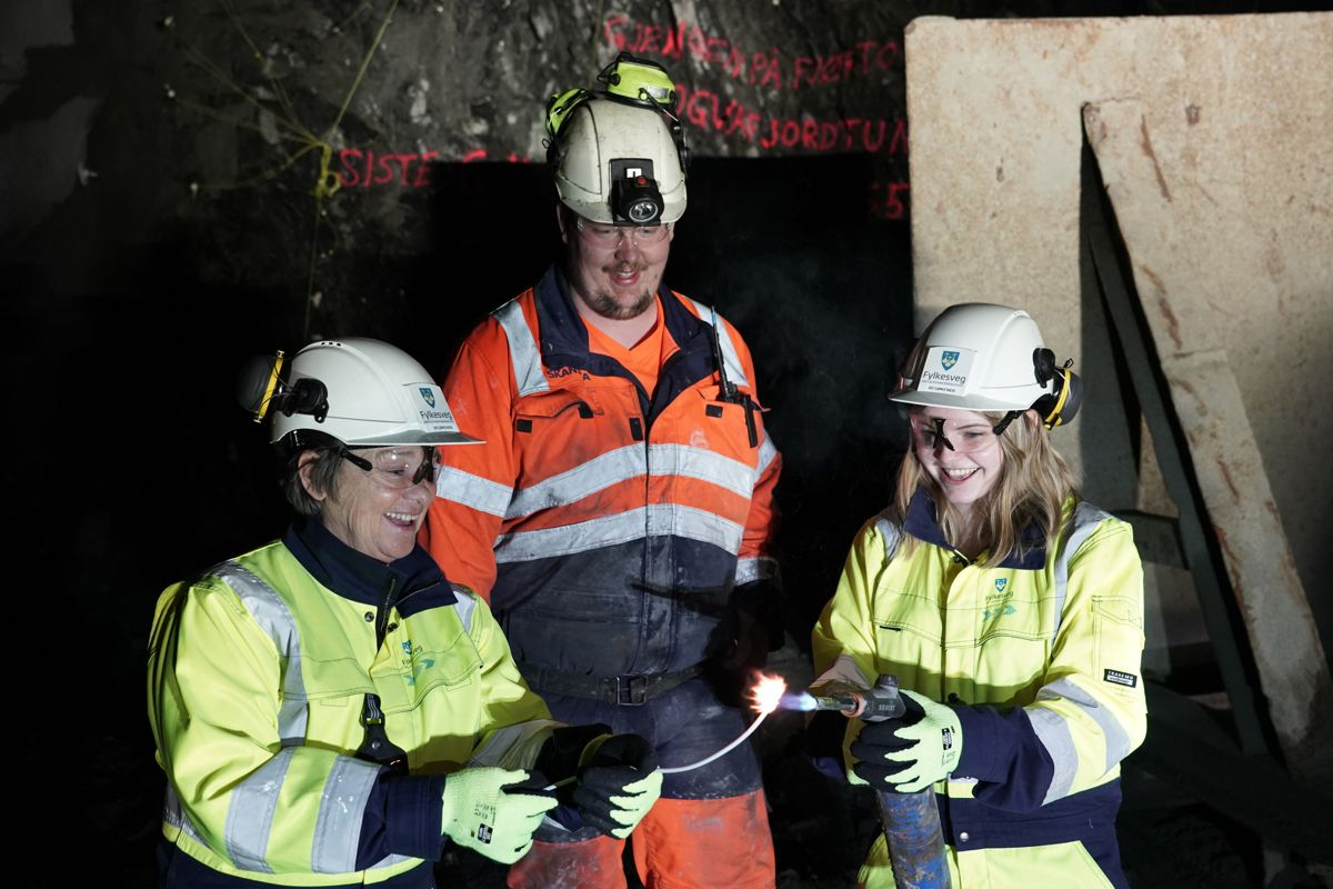 <p>Ålesund-ordfører Eva Vinje Aurdal, bas Bjørn Presthus i Skanska og elevrådsleder Frida Otterlei ved Haramsøy skule. Foto: Svein Skeide</p>