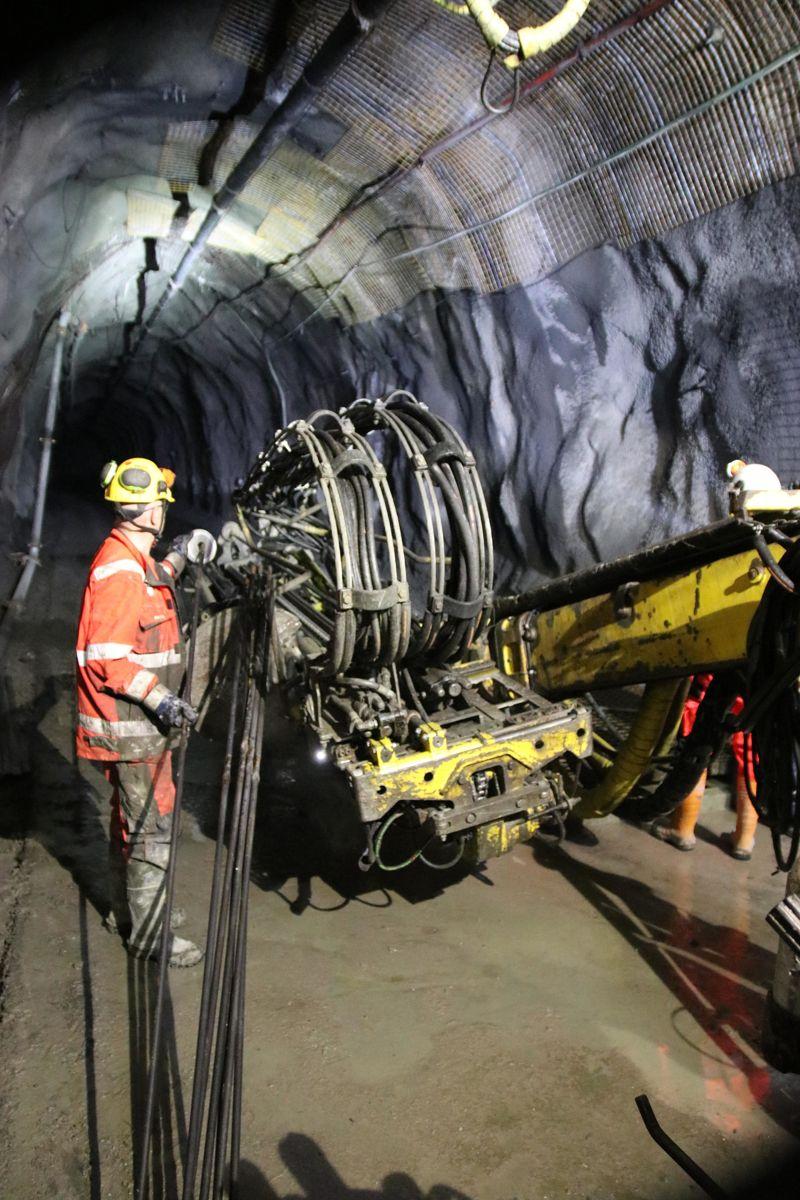 Her jobber Veidekke med å sikre en gruvetunnel under Malmberget.