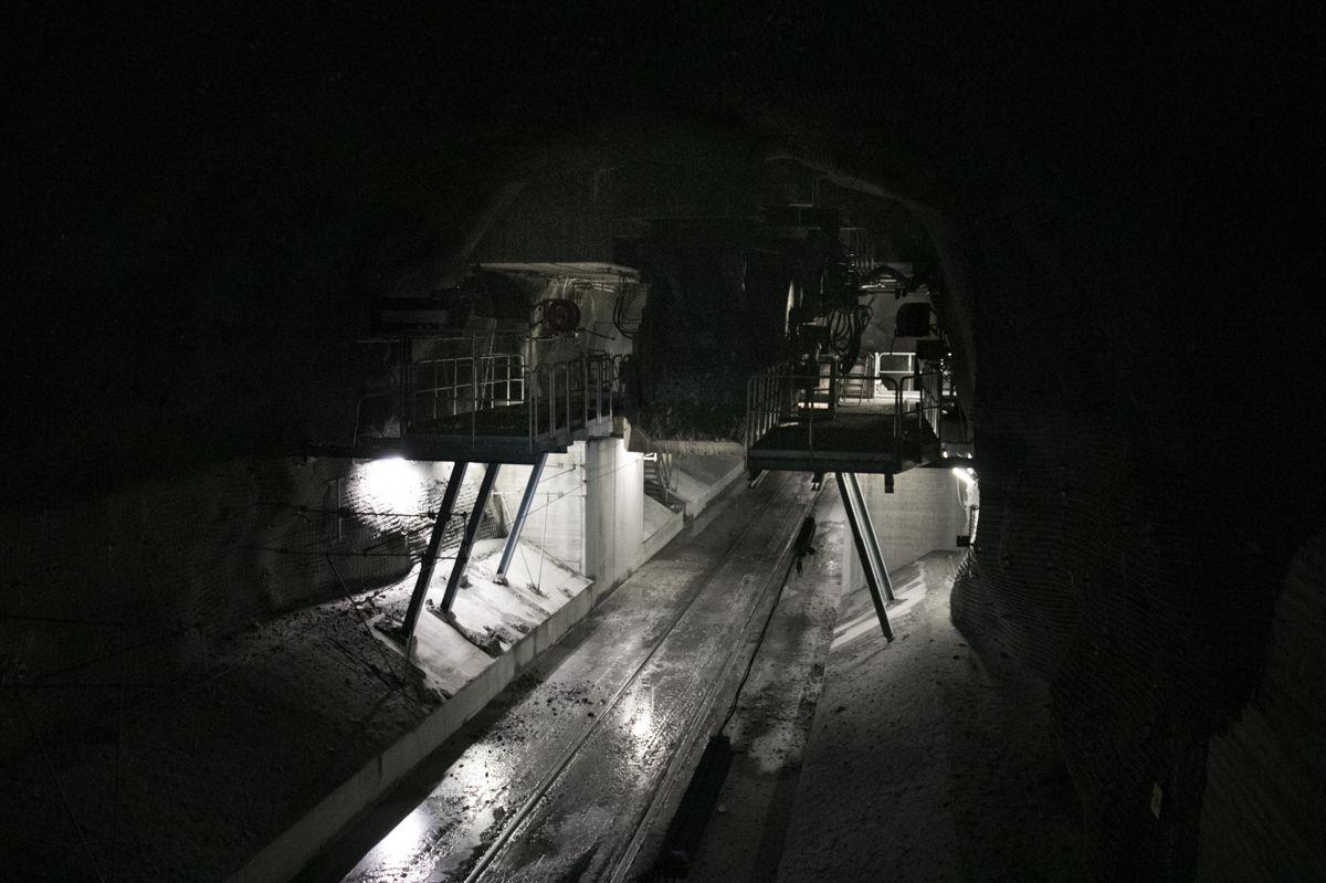 Her kommer malmet ned i gruvevogner, og starter på sin vei til malmverket på toppen.