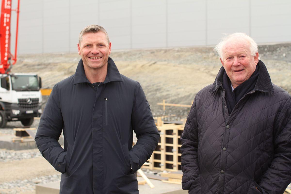 Dag Klem i Bulk Industrial Real Estate ønkser Sigurd Stave (t.h) velkommen til nytt bygg på Bulks lager - og logistikkområde på Lindeberg mellom Oslo og Gardermoen. Foto: Bulk Industrial Real Estate