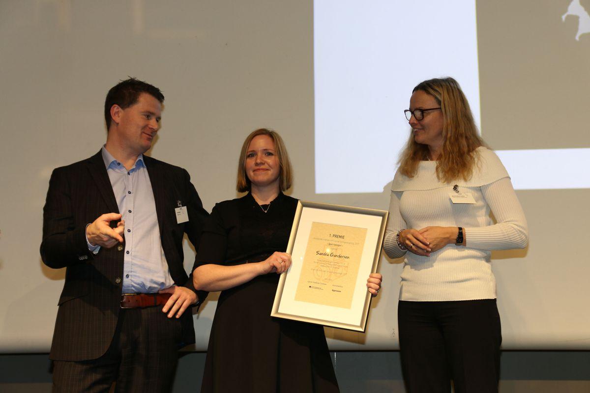 Sandra Gundersen vant åpen klasse, og tok imot prisen fra Kjersti Kvalheim Dunham og Arve Brekkhus. Foto: Ådne Homleid