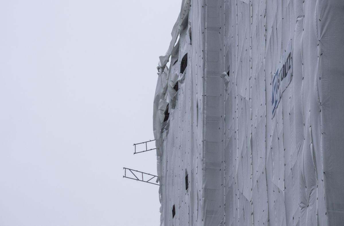 Deler av et tolv etasjer høyt stillas i Armauer Hansens vei i Bergen raste etter å ha løsnet i vinden mandag kveld. Foto: Marit Hommedal / NTB