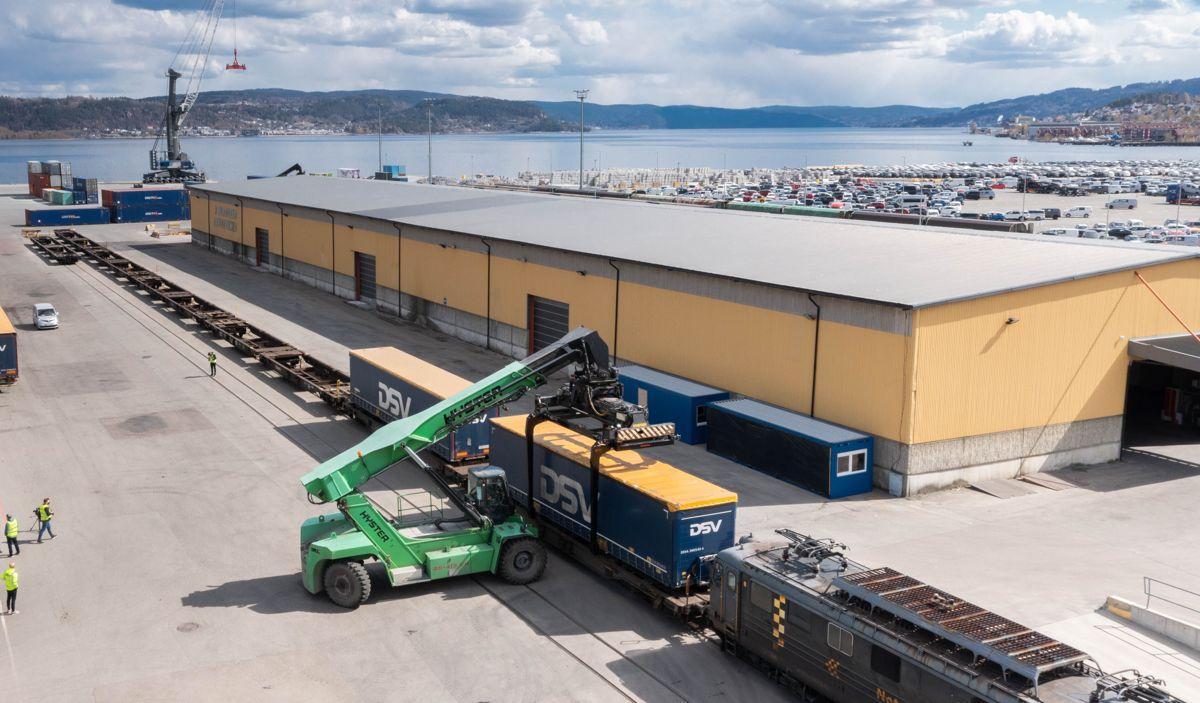 Det er kort vei fra Norgips-fabrikken (som kan skimtes bak til høyre på bildet) og til Drammen havn der containerne med ferdige produkter nå lastes over på jernbane for videre transport. Foto: Norgips