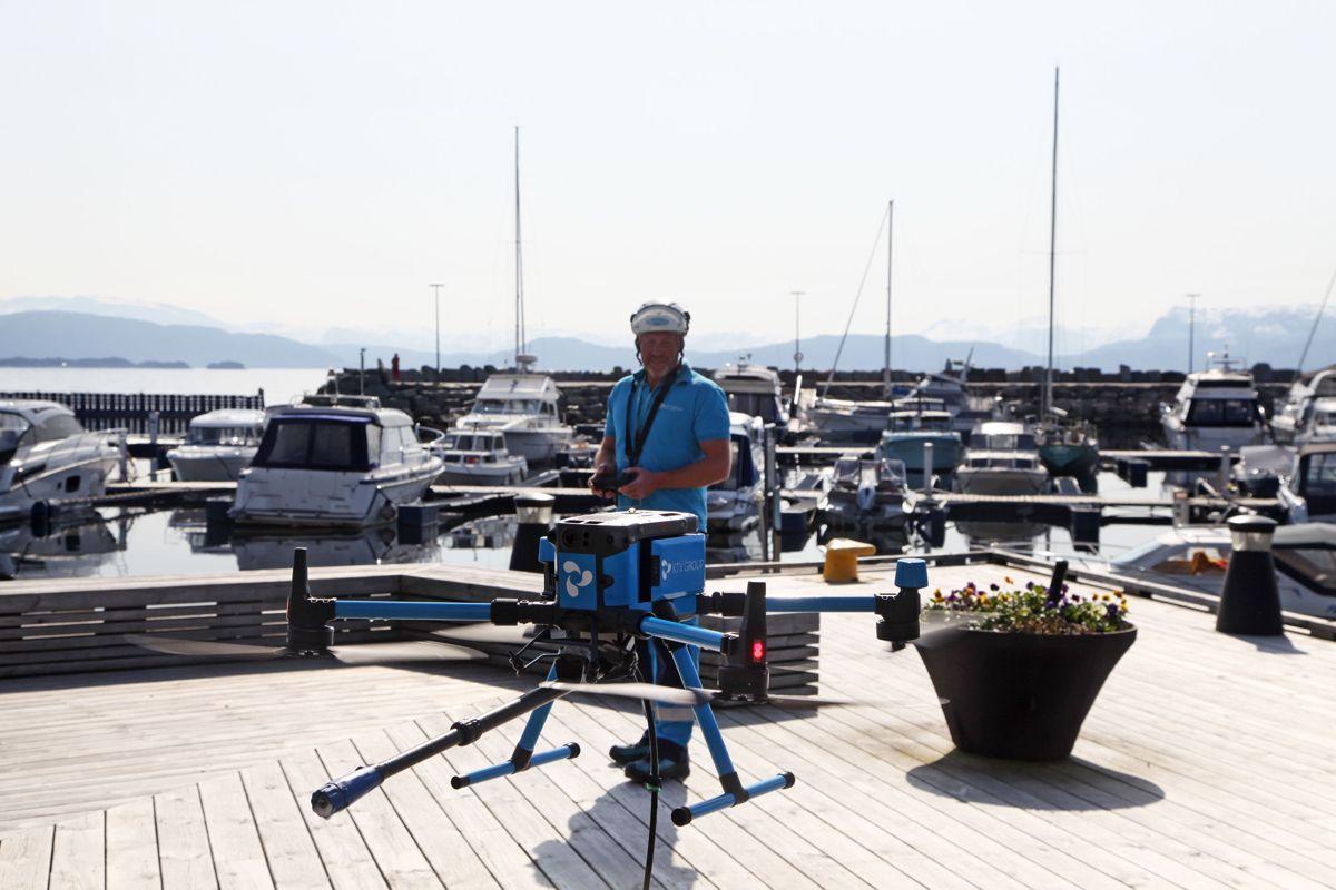 Gründer av KTV Group Kennet Nilsen forteller at de vurderer å legge ut dronekonseptet på markedet fra neste år. Foto: Tony Aasen/KTV Group
