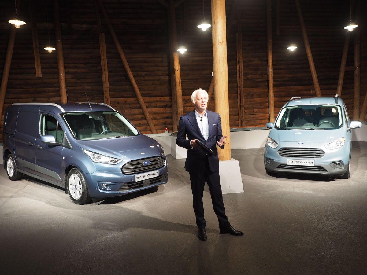 <p>Toppsjefen for nyttekjøretøy i Ford Europa, Hans Schep, presenterer nye Ford Transit Connect og Transit Courier. Foto: Jørn Hindklev</p>