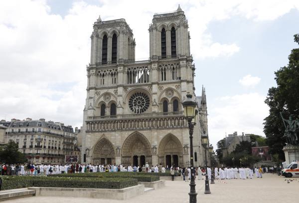 Høye blyforekomster gjør at plassen foran katedralen Notre-Dame igjen blir stengt i en periode. Arkivfoto: Erik Johansen / NTB