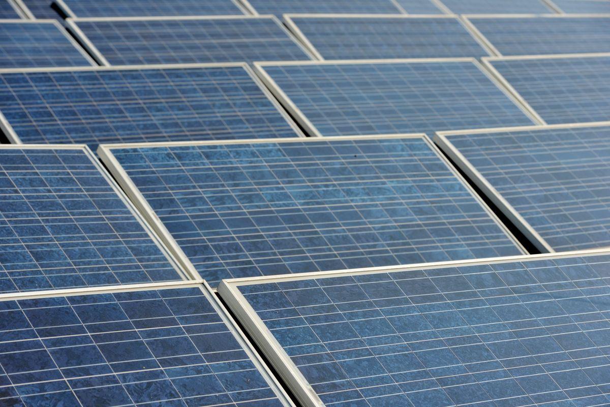Solceller er blitt svært populære i Polen etter at myndighetene valgte å gi solide støtteordninger til folk for å få dem til å skifte ut gamle kullfyrte kjeler med ny og ren energi. Foto: Frank May / NTB