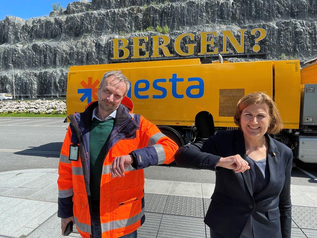 Mesta-direktør Rolf Dale og vegdirektør Ingrid Dahl Hovland signerte tre kontrakter for drift av riksveier på Vestlandet. Foto: Lars Olve Hesjedal, Statens vegvesen.