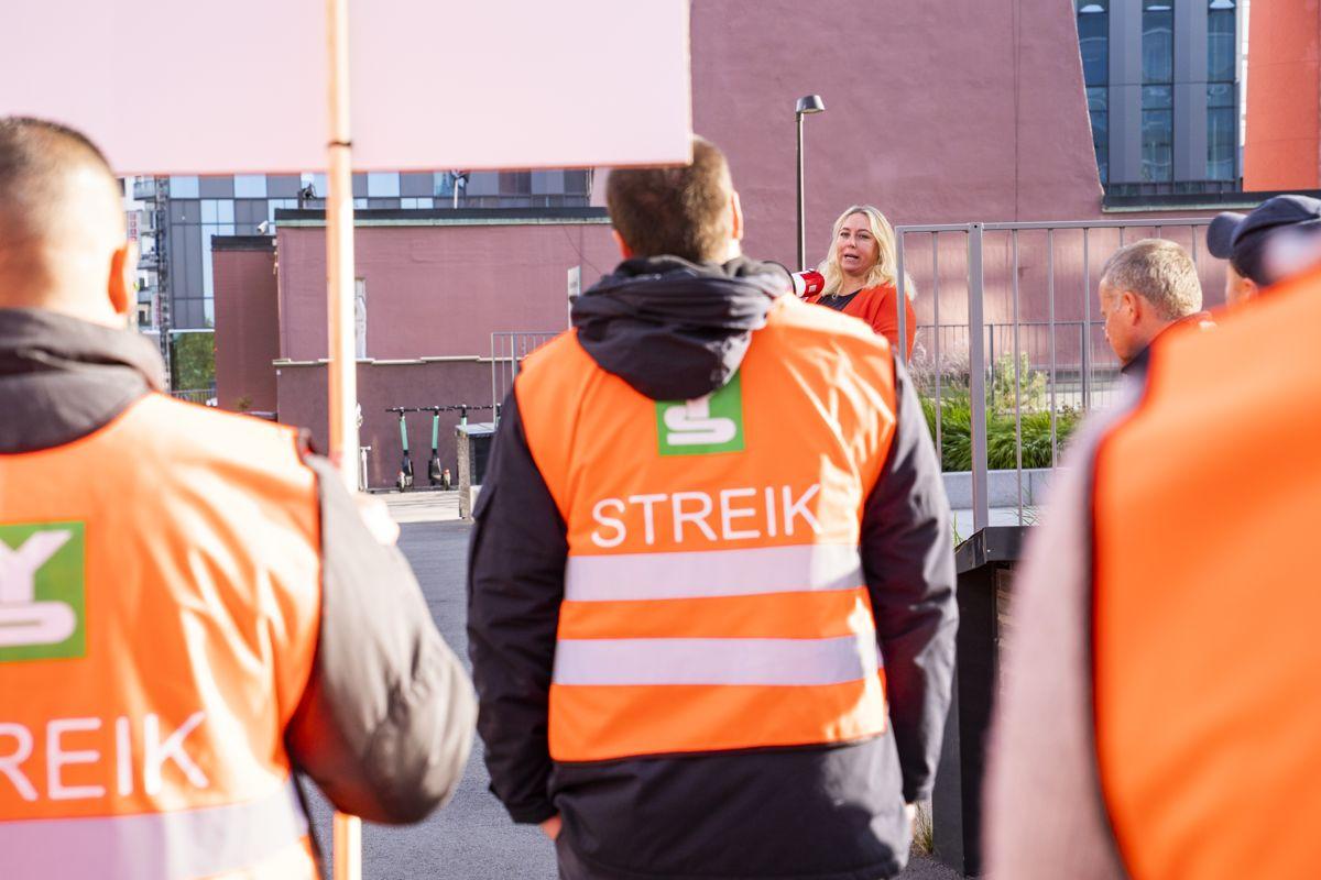 I fjor gjennomførte vekterne i Norsk Arbeidsmandsforbund en av de lengste streikene i norsk historie. Mange er urolige for at det kan gå mot storstreik i årets lønnsoppgjør i staten og kommunene. Det vil i tilfelle bli den første streiken i et mellomoppgjør på 26 år. Foto: Håkon Mosvold Larsen / NTB