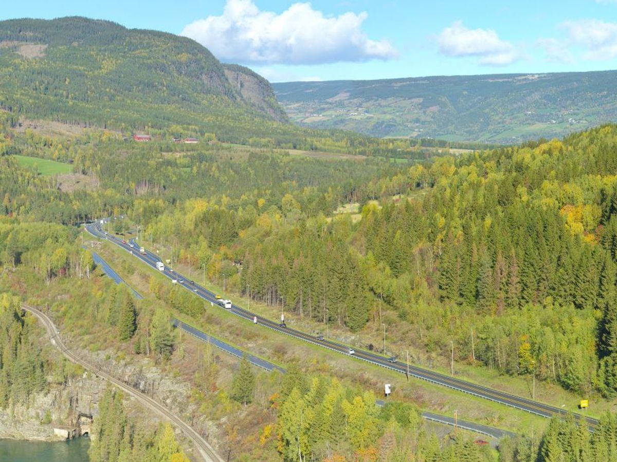 E6-strekningen mellom Storhove i Lillehammer og Hunderfossen i Øyer består av 9,6 kilometer med firefelts motorvei, inkludert ny toløpstunnel på ca. 2,6 kilometer forbi Fåberg. Bildet viser eksisterende vei ved Ensby. Foto: Rune Kjøs/ Nye Veier.