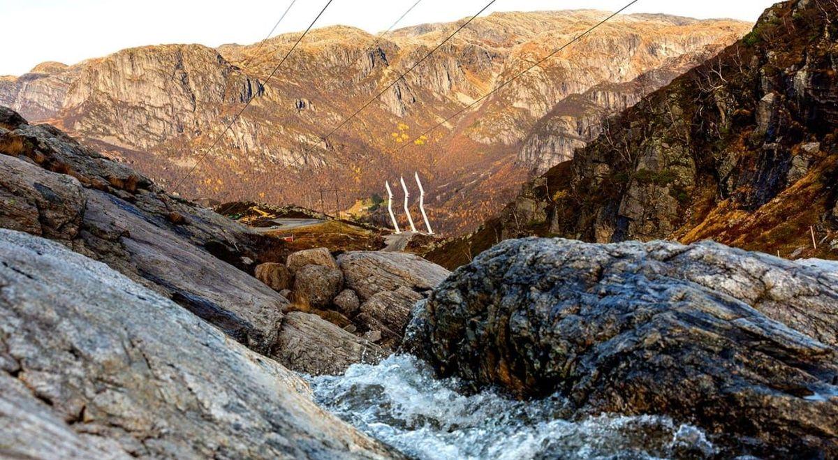 De nye høyspentmastene er designet for å passe inn I landskapet, med bratte fjellsider som stuper ned i Lysefjorden i Rogaland. Foto: Statnett / Woldcam)