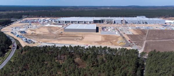 Byggingen av Teslas Gigafactory i Grünheide utenfor Berlin er i full gang. Foto: NTB scanpix/AP Photo/Michael Sohn