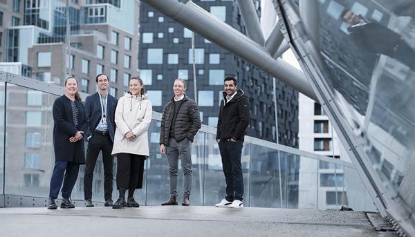 RPs Statsbyggs-team har som mål å redusere energibruk med 30 % i 570 eiendommer. Fra venstre, Karen Brusgaard, Mathias Stensland Lillevold, Thea Mørk, Henrik Olsen og Faraz Zaffar. Foto: Jon Terje Hellgren Hansen/HRP
