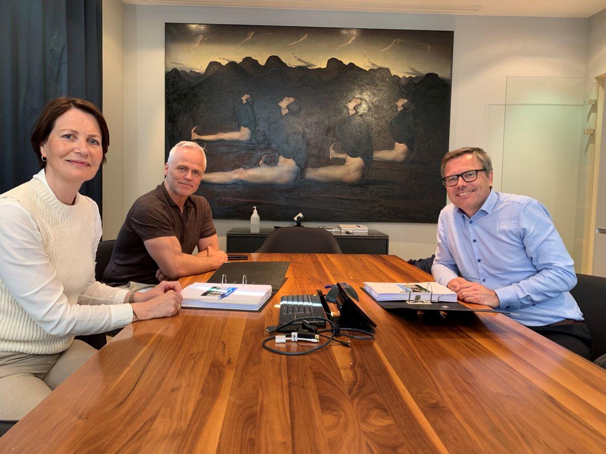 Fra venstre Jorunn Nerheim (prosjektdirektør i OBOS Stor-Bergen), Tor Fredrik Müller (CEO i EGD Property) og Lars Tore Ringstad (distriktsleder i Kruse Smith). Foto: Roger Wiksnes