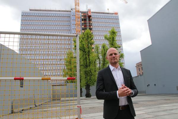 Administrerende direktør i GK Norge, Rune Hardersen, foran Høyblokka der den tekniske entreprenøren har flere oppdrag.