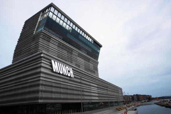 Det nye Munchmuseet ligger i Bjørvika i Oslo, like bortenfor operahuset. Den spesielle fasaden i aluminium vekker oppsikt. Foto: Berit Roald / NTB