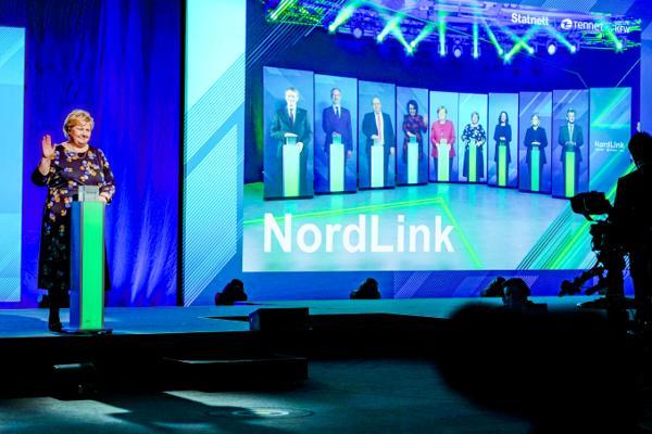 Statsminister Erna Solberg (H) var blant dem som trykket på knappen da Nordlink-kabelen mellom Norge og Tyskland offisielt ble åpnet torsdag. Foto: Gorm Kallestad / NTB