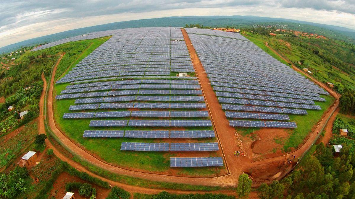 STOR PÅ SOLSTRØM: Norske Scatec Solar er i dag en betydelig aktør innen solenergi, og selskapet har prosjekter over hele verden, som denne solcelleparken i Rwanda i Øst-Afrika. Foto: Scatec Solar