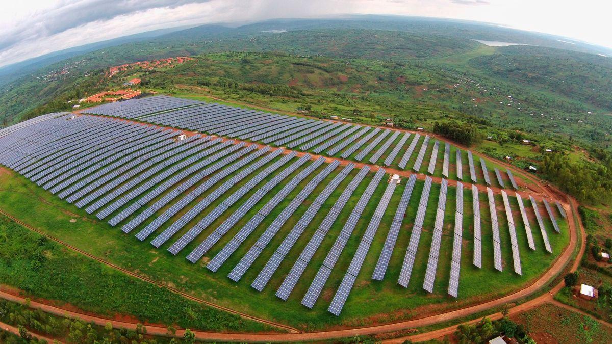 <p>VOLUM: En solpark med kapasitet på 60 MW dekker et område tilsvarende 100 fotballbaner og produserer rundt 100 GWh, noe som tilsvarer energibehovet til 80.000 husstander. Det går med 200.000 solcellepaneler for å dekke et slikt areal. Bildet er fra Scatec Solars anlegg i Rwanda i Øst-Afrika. Foto: Scatec Solar</p>