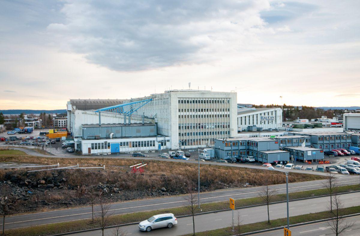 I november 2013 sto fremdeles hangar 1 og 2, med kontorbygget i midten. Arealet var på 32.000 kvadratmeter ved offisiell åpning i 1961. Trond Joelson