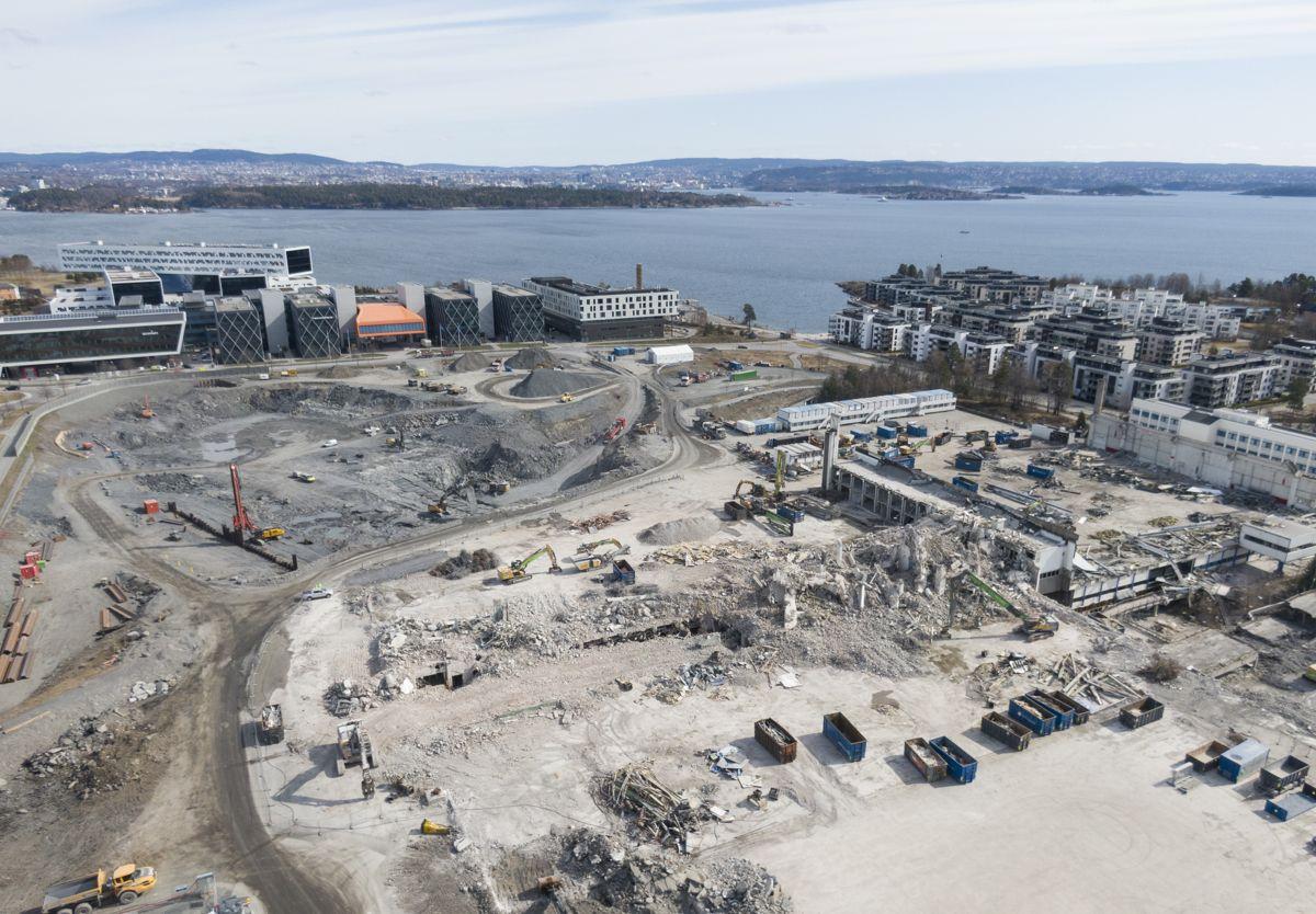 STARTEN: Oversiktsbildet viser starten på utgravingen for Fornebubanen til venstre, mens det kun er rester igjen av Hangar 3 til høyre.  Foto: Trond Joelson