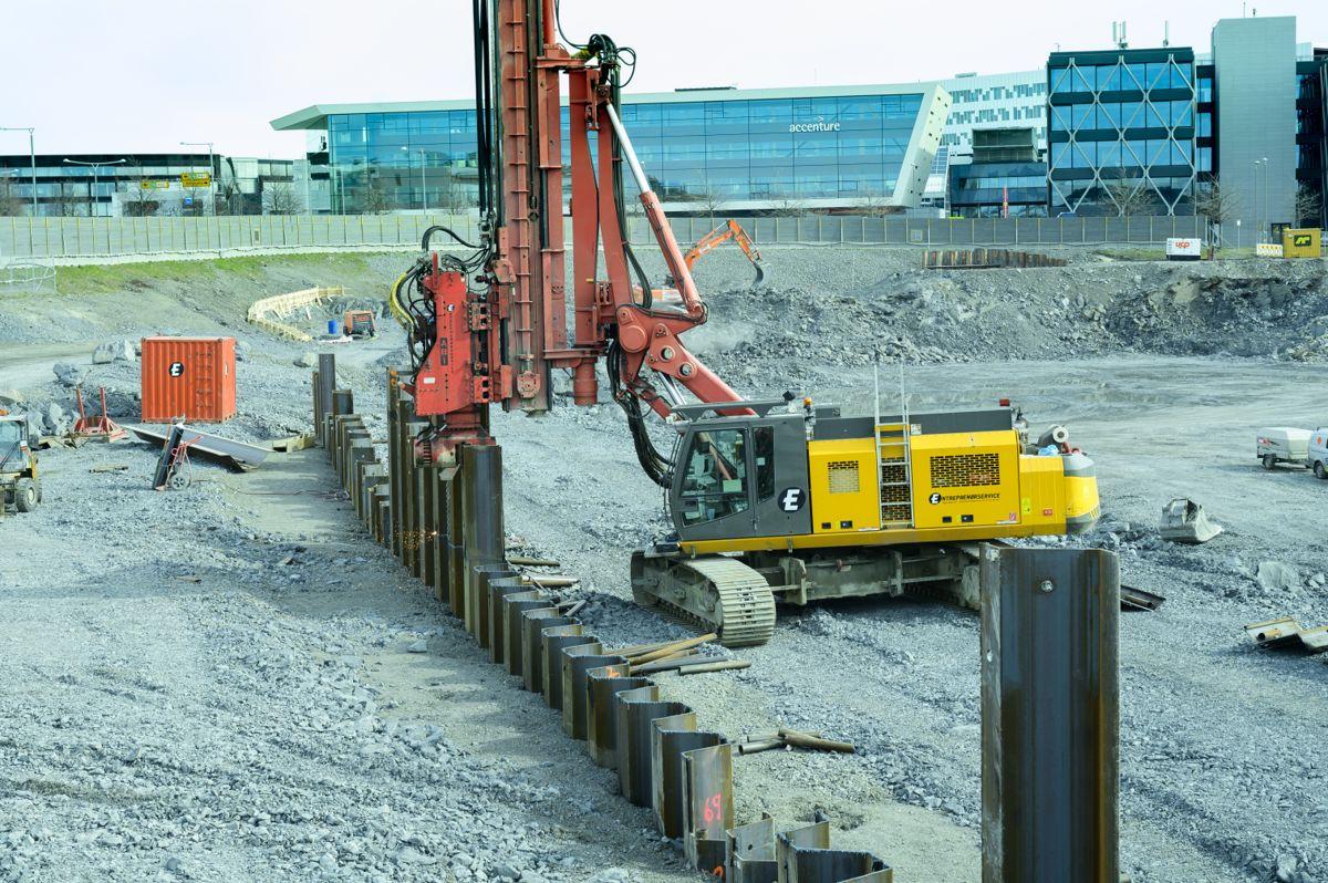 SPUNT. I den enorme byggegropa gjøres det klart for endestasjon og basestasjon til Fornebubanen. Her sveises spuntnåler langs traseen til den nye t-banestrekningen.