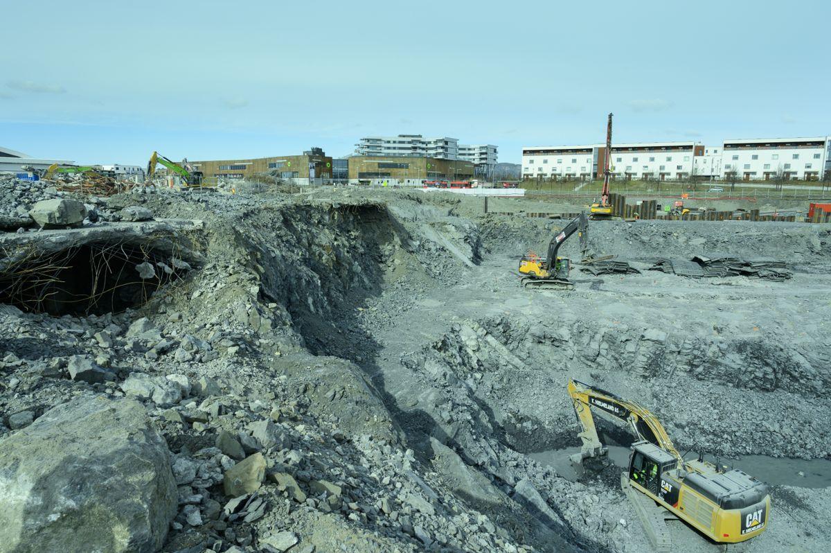 FREM I LYSET. Flere konstruksjoner er kommet frem i dagen under graving, slik som denne kulverten øverst til venstre. Byggegropa ligger tett på kjøpesenteret Fornebu S og flere boligområder.