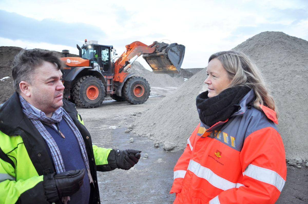 Tom Inge Hole og Kirstine Laukli er fornøyd med jorda fra renovasjonsanlegget Lindum i Drammen. Foto: Kjell Wold
